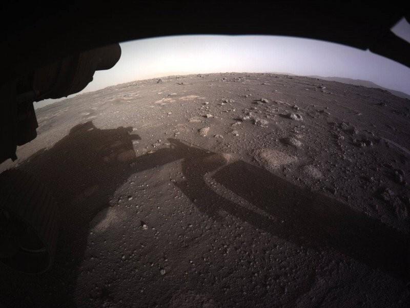А тем временем ровер Perseverance прислал новые и уже цветные снимки с Марса: