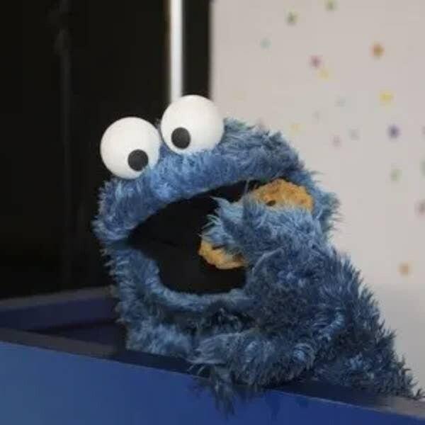 """В мультсериале """"Улица Сезам"""" Коржик, он же Печеньковый монстр, ест не печенье, а рисовые кексы"""