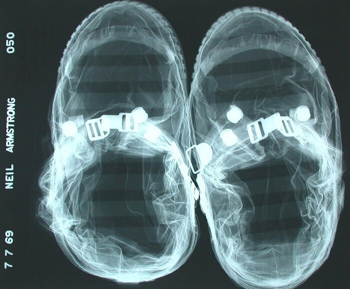 Лунные ботинки Нила Армстронга, снятые на рентгене перед вылетом, 7 июля 1969 года