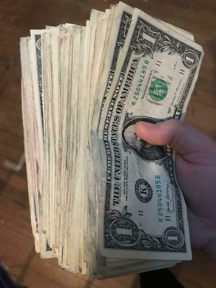 """""""Мой сосед по квартире отдал мне свою долю квартплаты однодолларовыми купюрами"""""""
