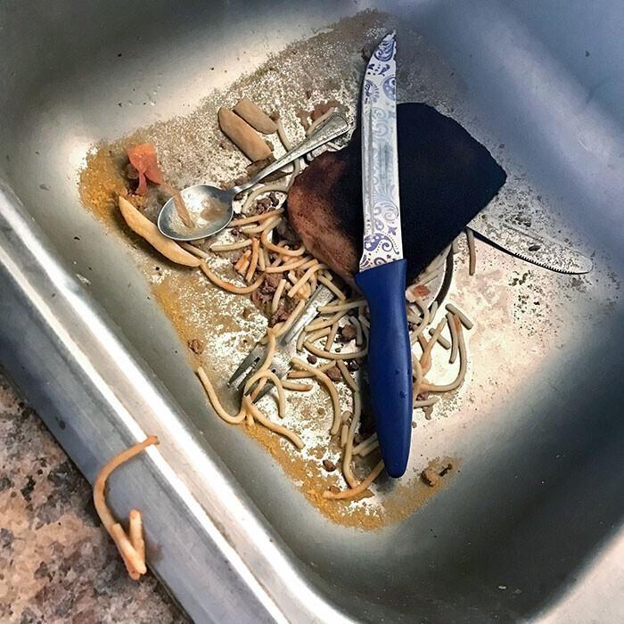 """""""Пришел домой, увидел, что мой сосед сбросил в раковину остатки ужина. Ищу другую комнату на съем"""""""
