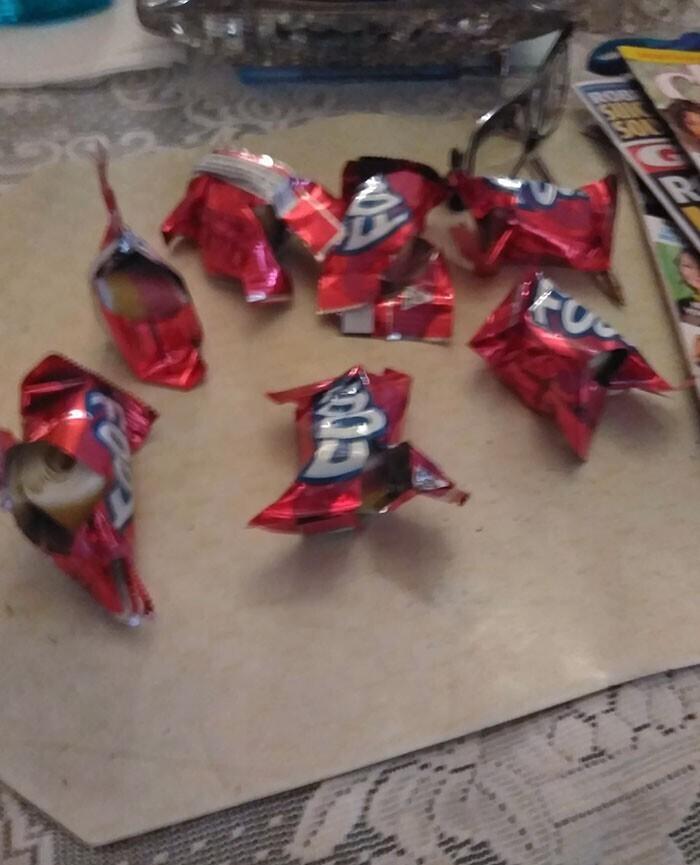 """""""Моя сестра открыла все конфеты, чтобы узнать, какая с каким вкусом. Вообще-то это написано на фантике"""""""