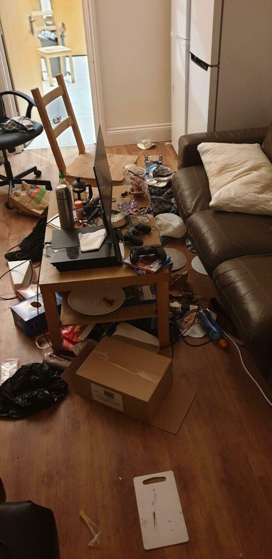 """""""Мой сосед по квартире превратил общую гостиную в свою спальню"""""""