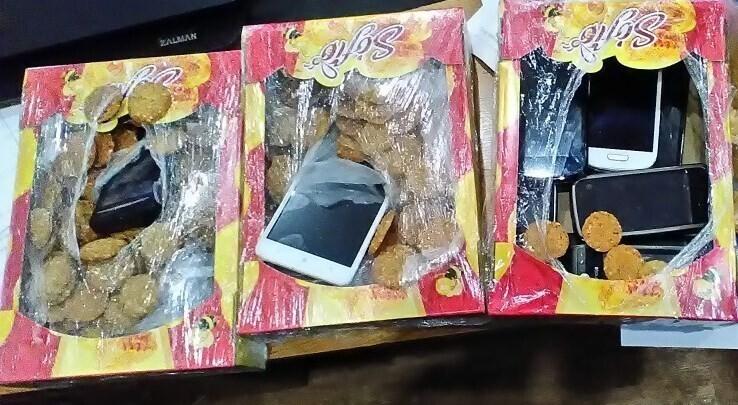 Смекалистые пытаются проносить запрещенку в еде, консервах, шампунях, иногда в коробках используют двойное дно