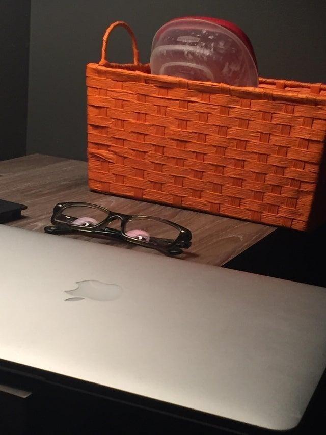 Эти очки... Они следят за мной