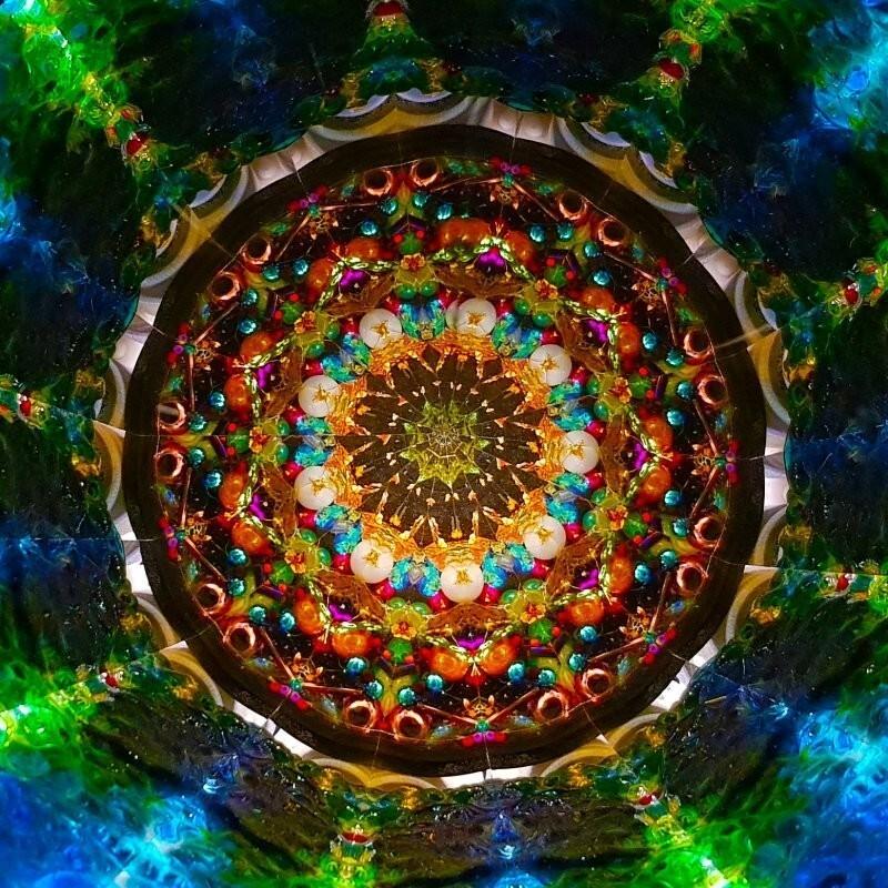 Разновидностью также является афанеидоскоп - туда, вместо стекол, засыпают, камушки, перья, цветы, кусочки ткани и прочее