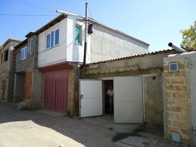 Такие постройки - незаконны, однако, например, в Сочи, практически всегда открывают крыши у домов или надстраивают целые этажи над гаражами