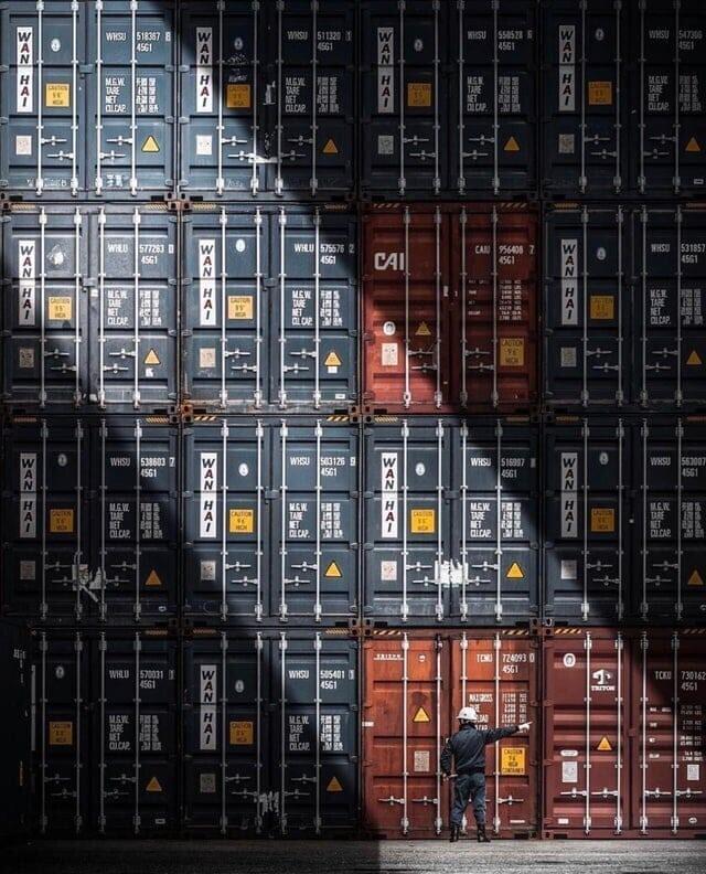 Рабочий и контейнеры на корабле