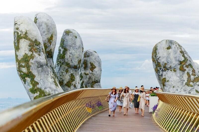 Золотой мост во Вьетнаме, построенный в 2018 году, всё ещё дарит нам крутейшие кадры