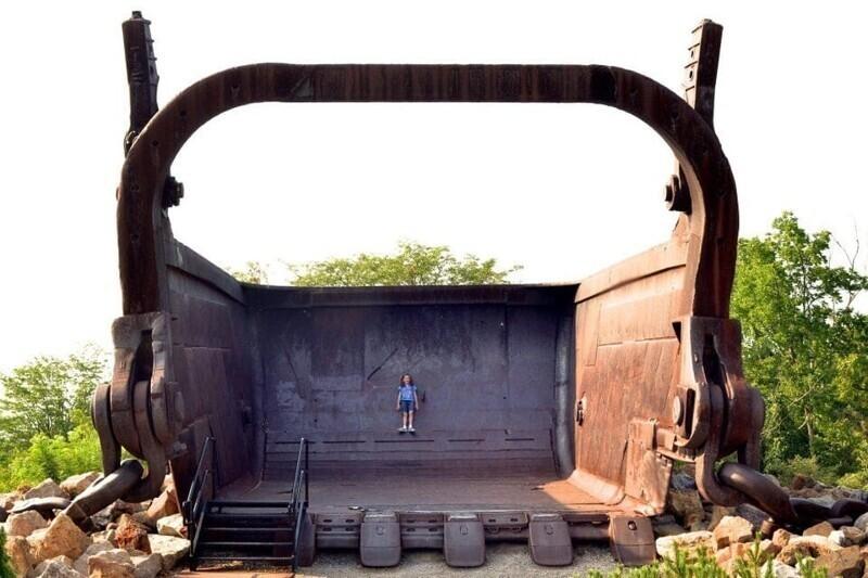 Девочка внутри ковша огроменного экскаватора