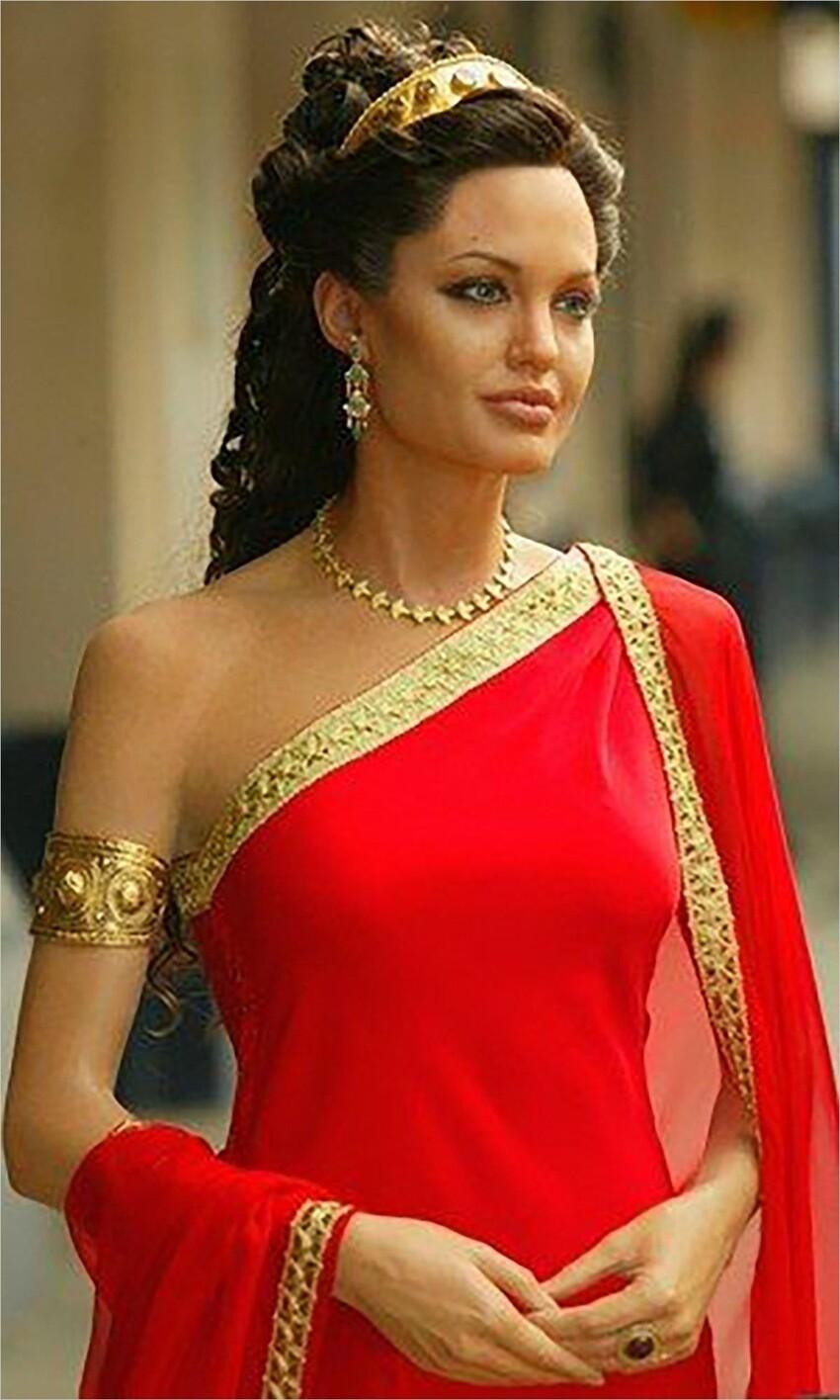 Клеопатру также, в одноименном фильме, должна была сыграть Анджелина Джоли, но эта лента пока не вышла