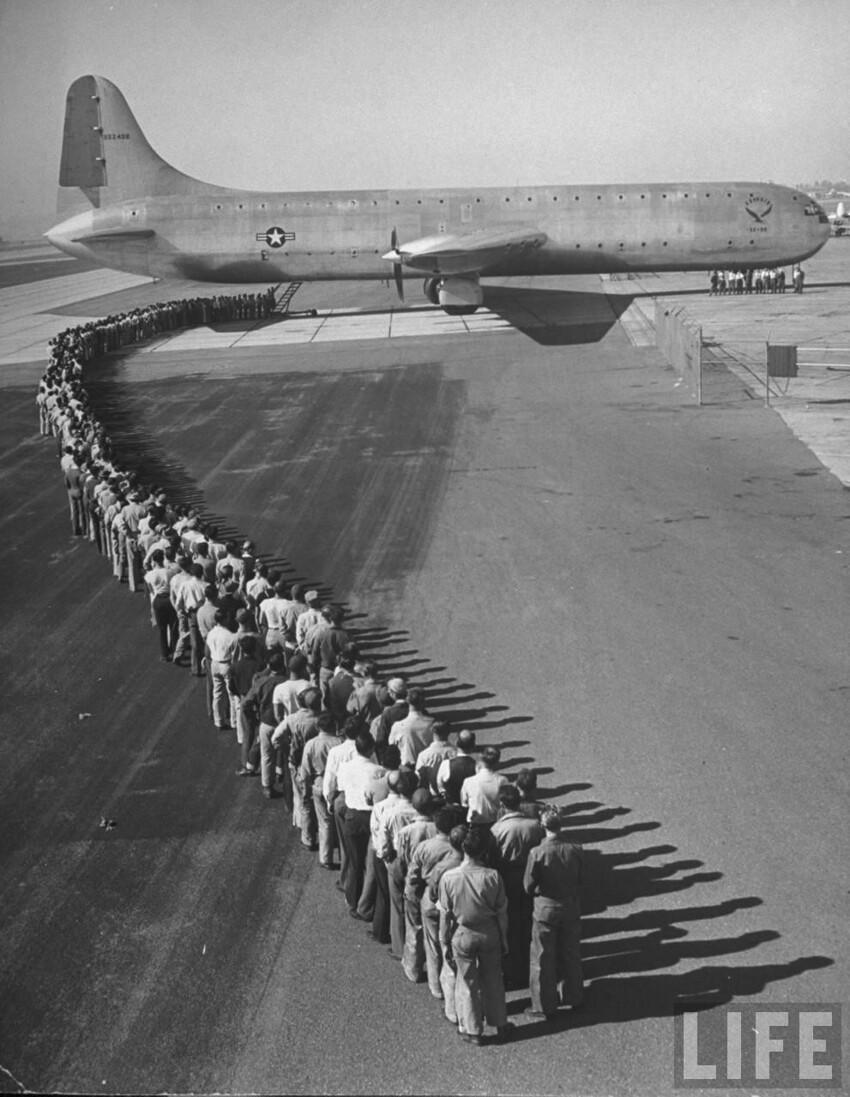 400 пассажиров, ожидающих посадки на борт XC-99