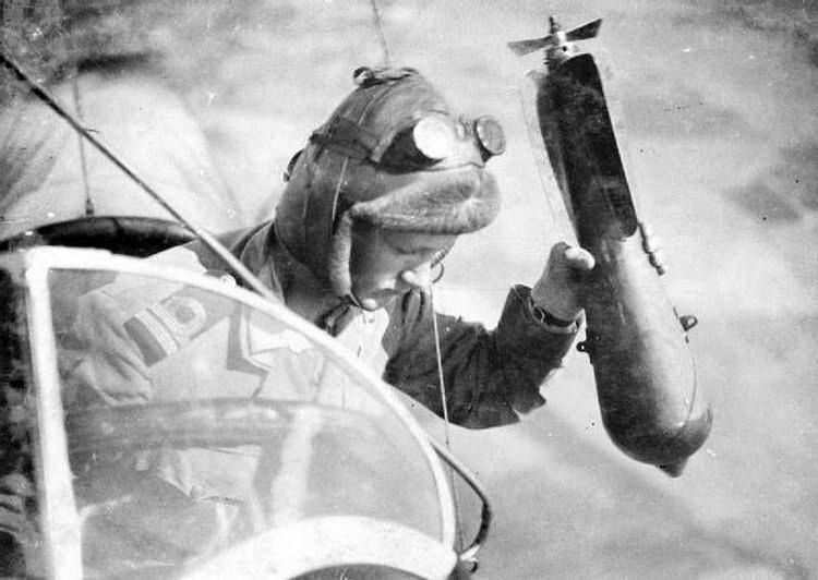 Английский авиатор сбрасывает бомбу на французский фронт
