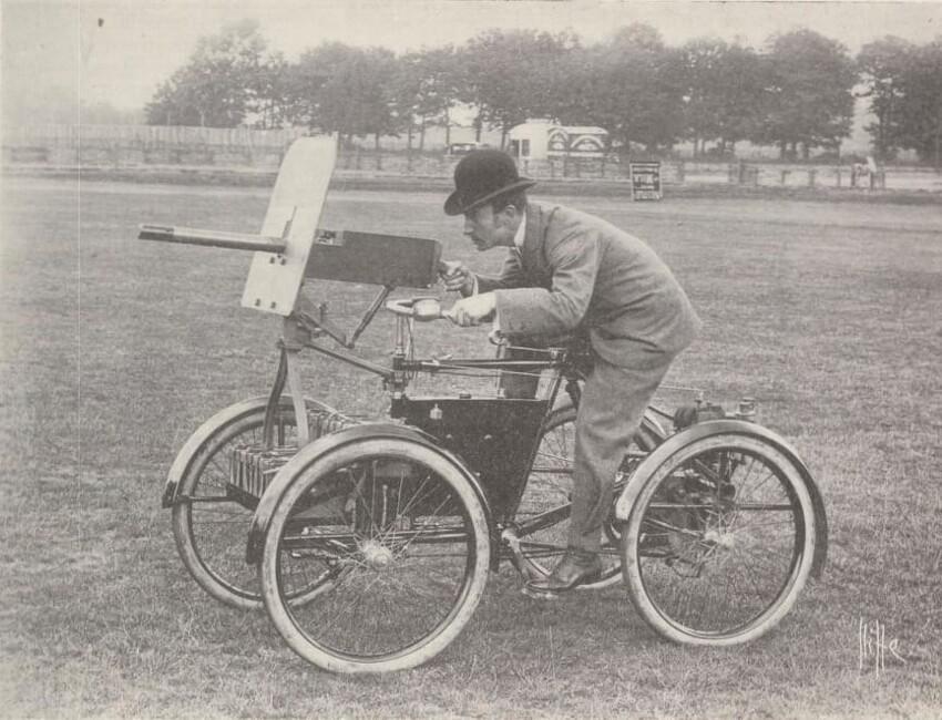 Первый из когда-либо построенных вооруженных бензиновых двигателей, оснащенных пулеметом Mk.IV Maxim.