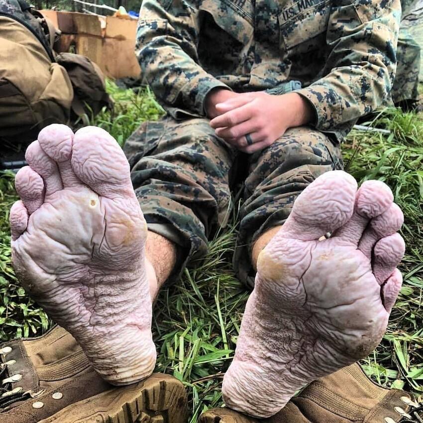 Ноги солдата после марш-броска