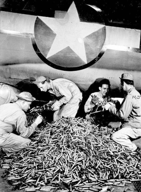 Удаление отработанных гильз с B-17 после возвращения самолета на базу