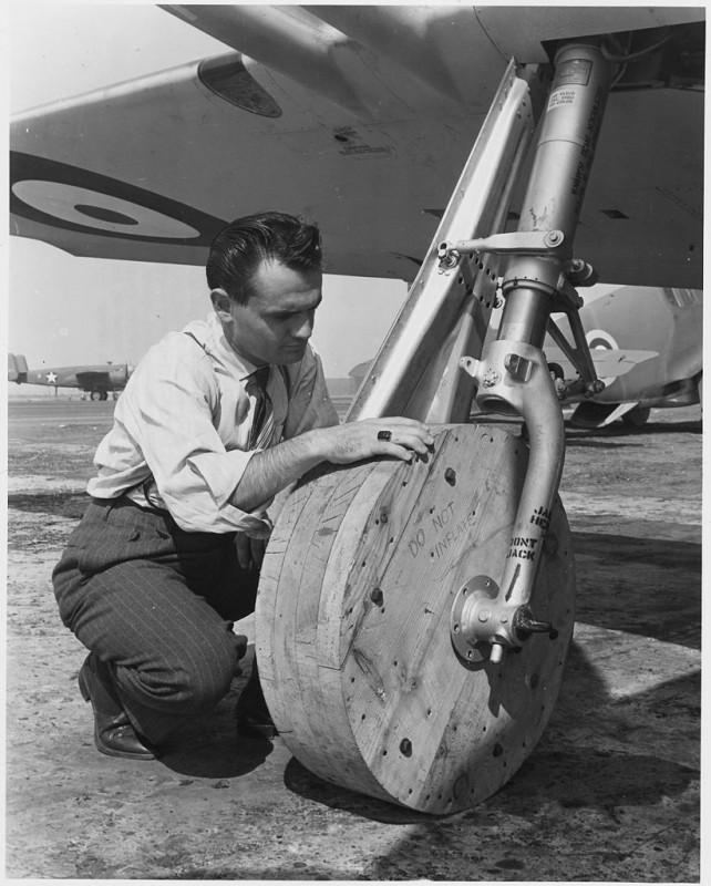 Истребитель P-51 Mustang на транспортировочных деревянных колёсах, использовавшихся для транспортировки самолёта на заводе фирмы North American в Инглвуде, Калифорния; октябрь 1942-го года
