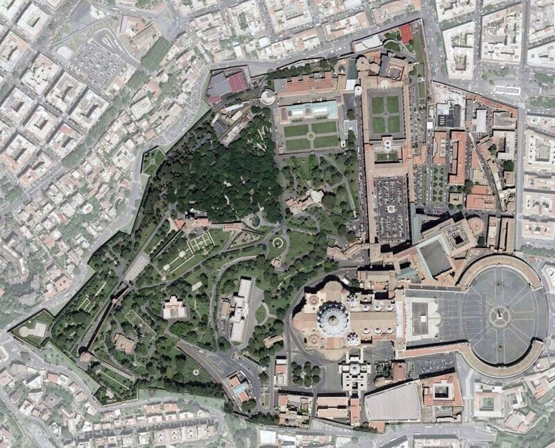 Бонус: Снимок Ватикана со спутника. Напоминаем, что на нём запечатлена целая страна