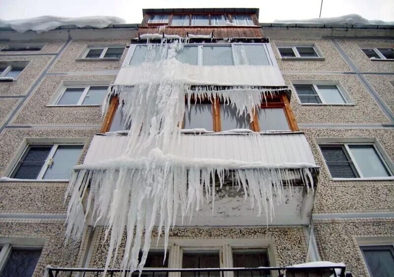 Особенно опасно ходить под балконами в это время