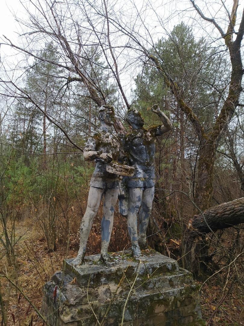 Памятники на территории бывших пионерских лагерей