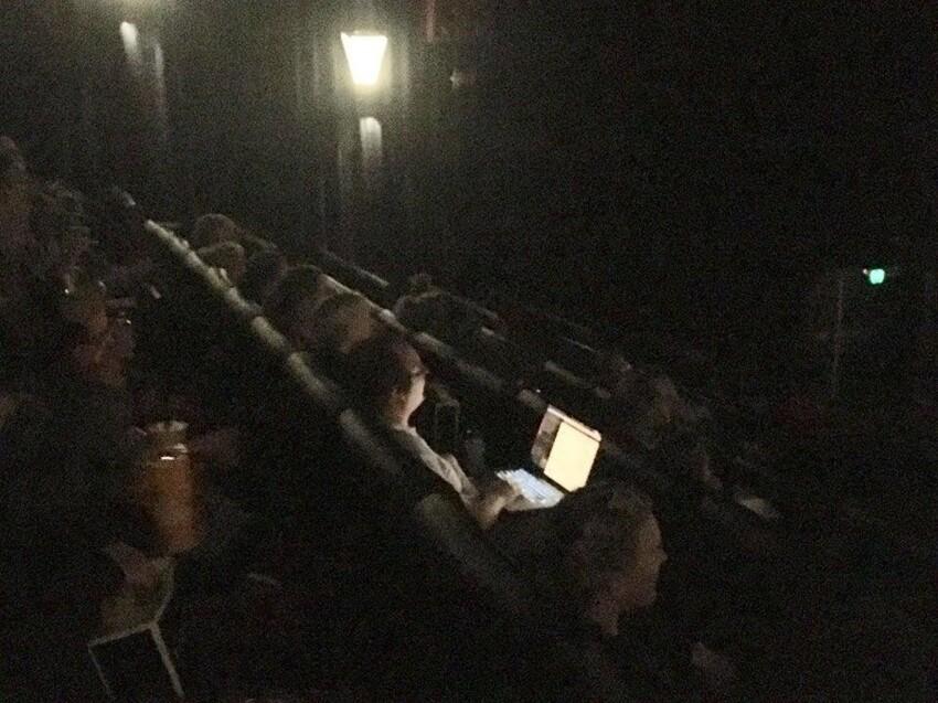 Ноутбук в кинотеатре логичен и никому не мешает