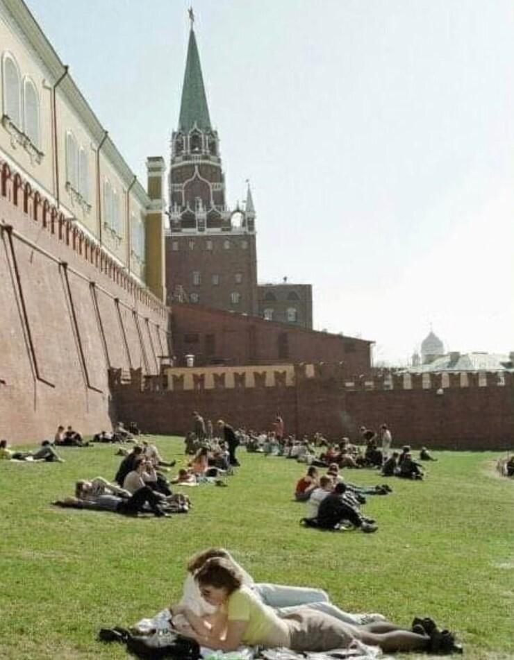 12. Москвичи отдыхают под стенами Кремля, 1990 год