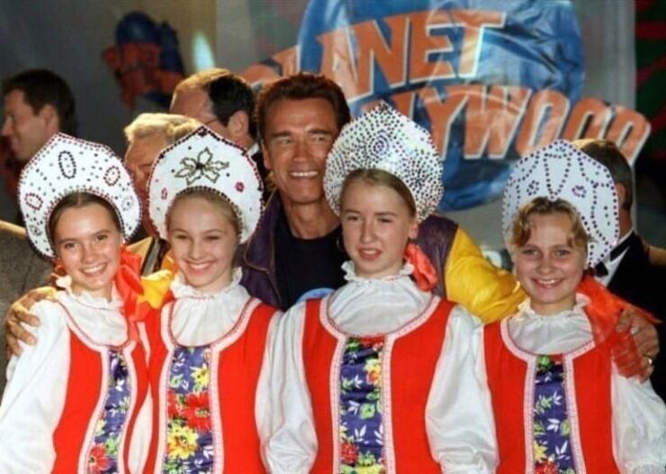 """6. Арнольд Шварценеггер на открытии ресторана """"Планета Голливуд"""" в Москве, 1996 год"""