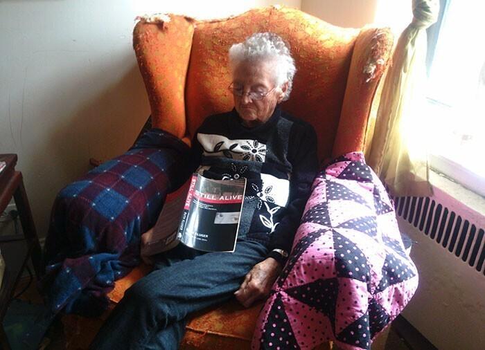 """""""Бабушка перепугала меня, когда я зашла и увидела ее спящей в кресле. Потом я посмотрела на книгу.. """"Еще живой"""""""