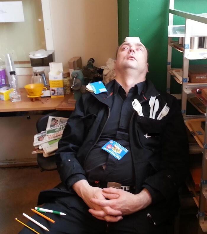 """""""Мой коллега спит с открытыми глазами. Выглядит жутковато!"""""""