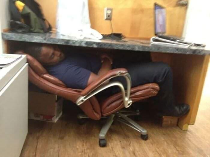 Сон под столом - еще один способ в копилку