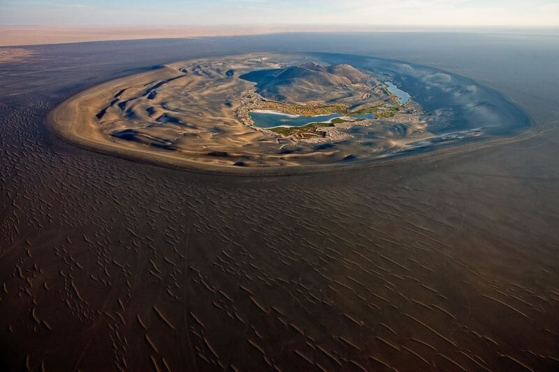 Это вулканический кратер Вау-Аль-Намус, на юге Ливии.