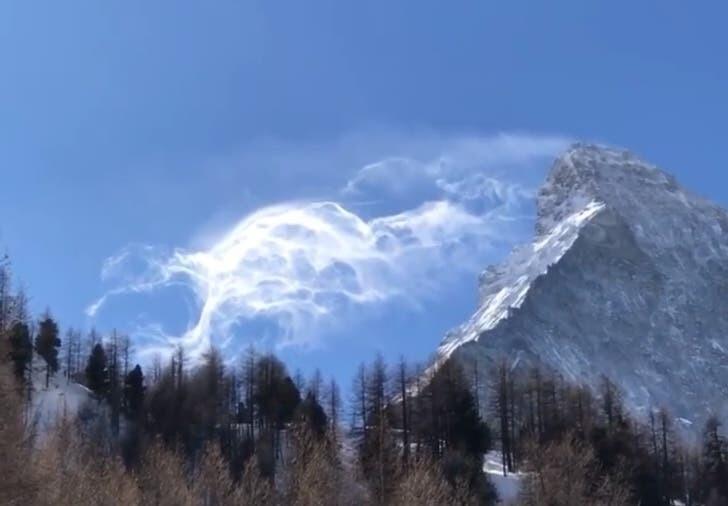 Это не облака, это снег, который сдувает ветер