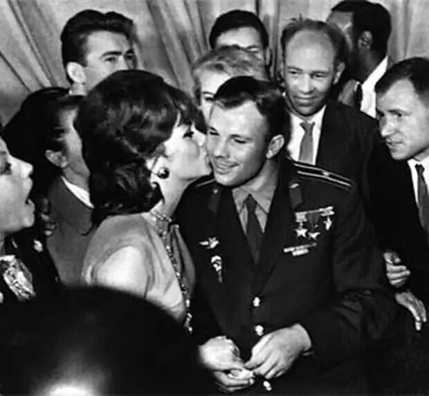 Юрия Гагарина целует Джина Лолобриджида