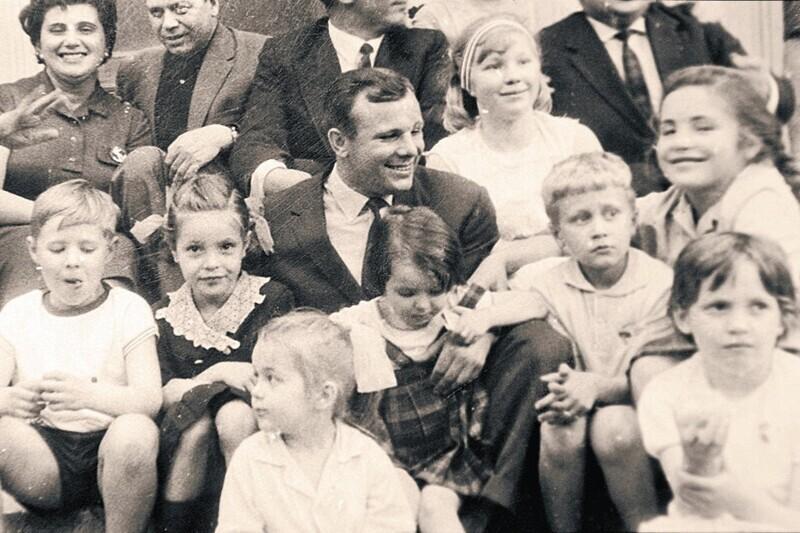 Фото с детьми во дворе советского посольства в Париже