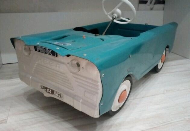 Детский педальный автомобиль Нева производства завода ЛАЗ