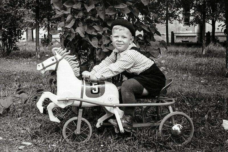 А вот и конь педальный, для будущих наездников -  производились на авиационном заводе в Омске и на машиностроительном в Москве