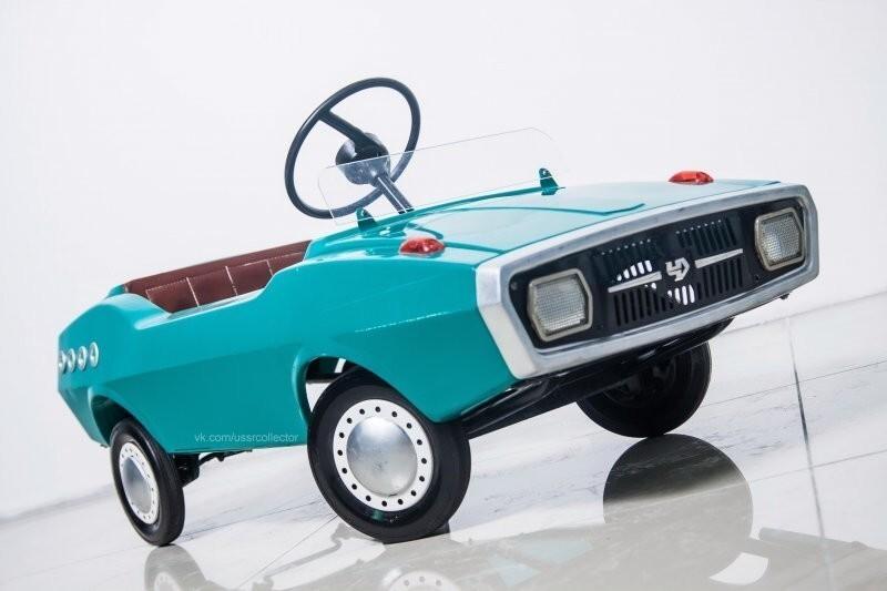 Детский педальный автомобиль «М-3»Производитель: ЧКПЗ (Челябинский кузнечно-прессовый завод)Год выпуска: с 1977 по 1992 год.