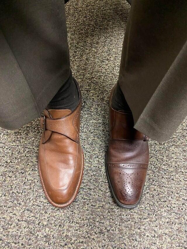 Я надел разные ботинки, чтобы узнать мнение жены о них, а потом забыл переобуться и целый день на работе провёл вот так
