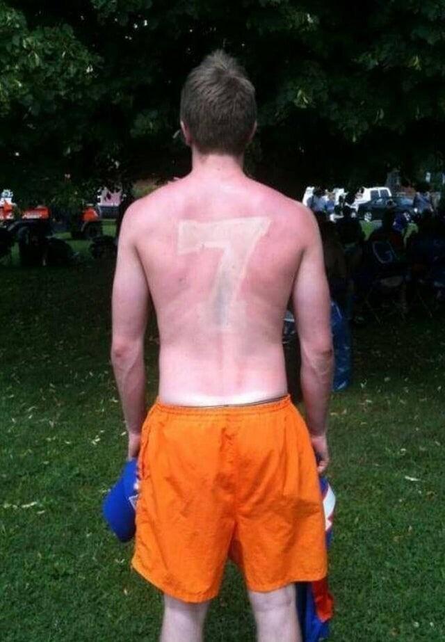 Кажется, кто-то забыл о том, что спортивные футболки бывают полупрозрачными, и через них можно загореть