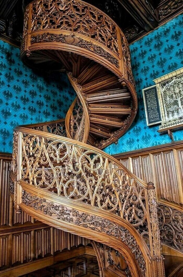 4. Винтовая лестница, вырезанная из цельного дерева в 1851 году. Находится в замке Леднице, Чешская Республика