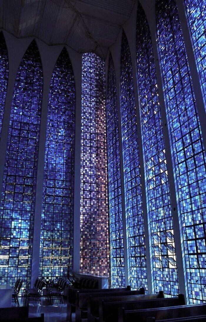 25. Окна внутри часовни Дос Боско - Бразилиа, Бразилия