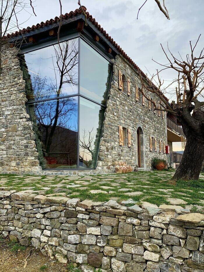 18. Здание в Албании, частично разрушенное в 1979 году землетрясением. Восстановлено два года назад