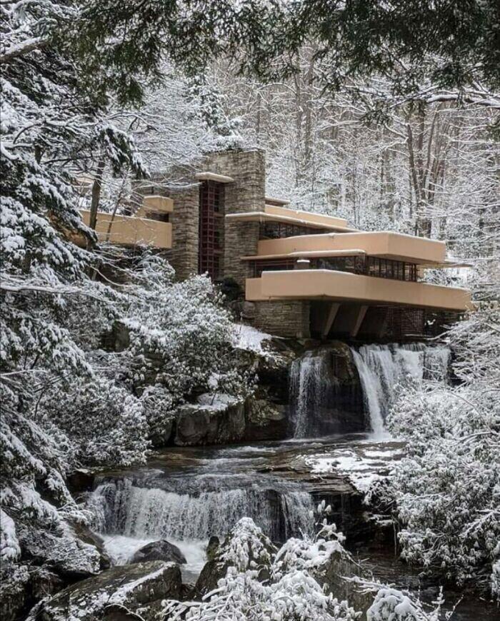 """34. """"Дом над водопадом"""", загородный дом под Питтсбургом, построенный архитектором Фрэнком Ллойдом Райтом в 1936-39 гг."""