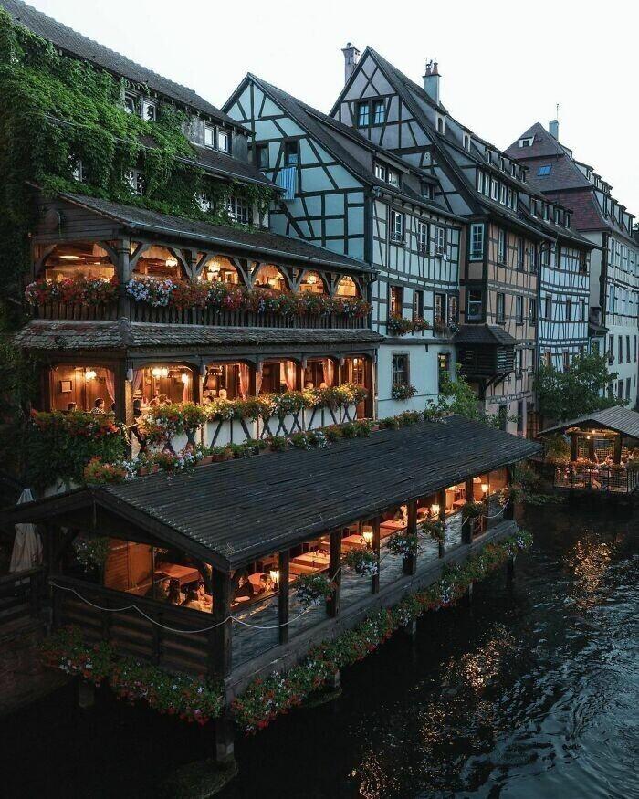 19. Ресторан на реке Бол, протекающей через исторический квартал Маленькая Франция Страсбурга, Франция