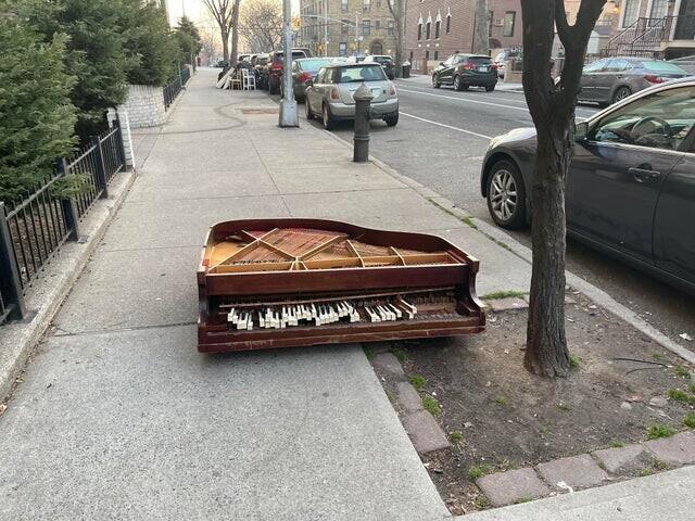 1О причинах, по которым пианино выпало из окна, можно только догадываться