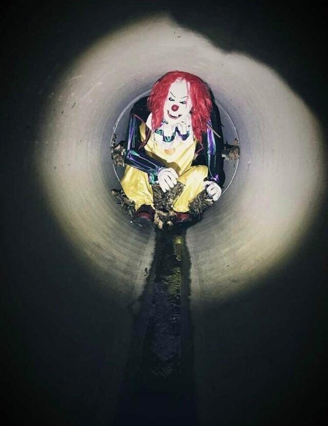 Работник нашел клоуна в трубе во время работы