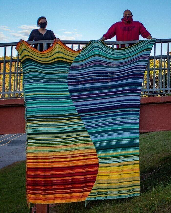 Женщина сшила одеяло, показывающее температуру воздуха за этот год (каждая линия - один день, показывающий температуру в дневное и ночное время)