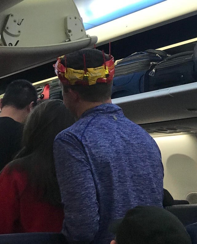 У этого парня день рождения, и стюардессы соорудили ему корону
