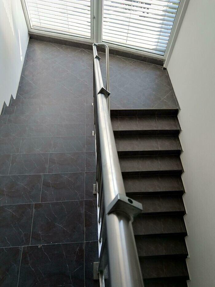 """""""На днях я споткнулся на этой лестнице и инстинктивно схватился за перила. Итог? Удержаться не смог, еще и руку разрезал"""""""