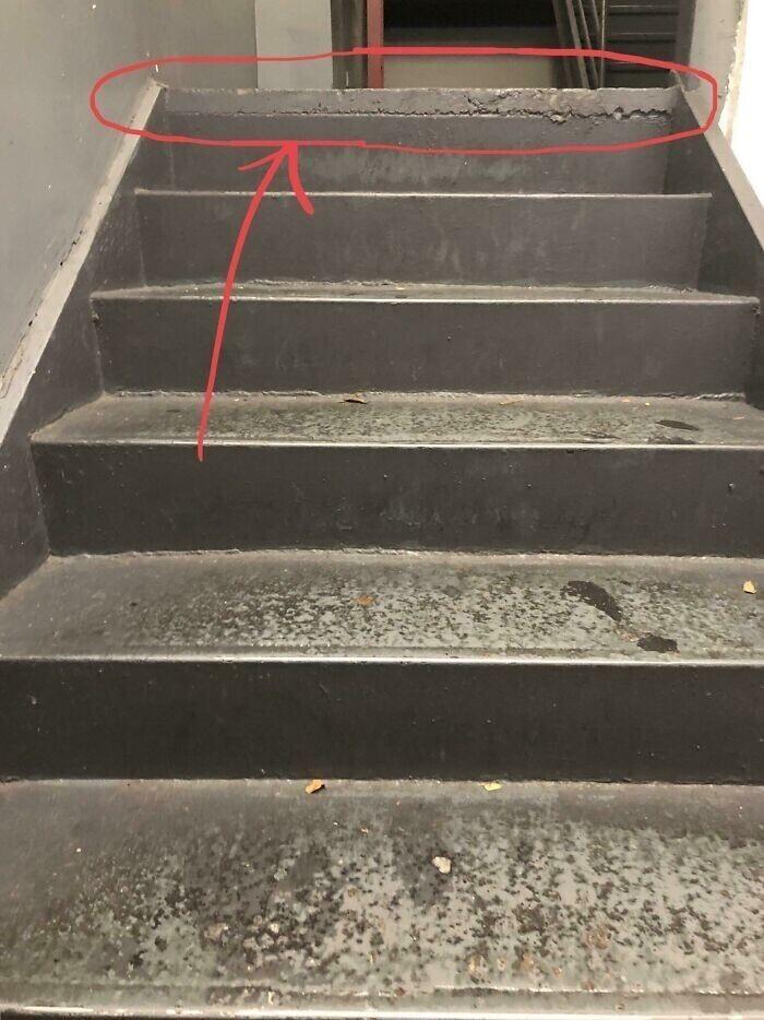 """""""Эту бетонную подушку на верхней ступеньке лестницы мы называем """"спотыкалкой"""""""